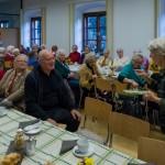 Dechant Hofer erhält von Frau Kettner als Dankeschön ... (© Herr Mag. Bernhard Wagner)