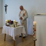 ... und beginnt sodann mit der Messfeier zum Gedenken an alle Verstorbenen (© Herr Mag. Bernhard Wagner).