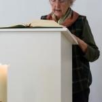 Frau Kettner trägt die Lesung vor ... (© Herr Mag. Bernhard Wagner)