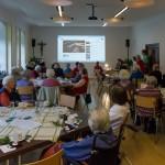 Zu Beginn des Seniorentreffens im Advent 2015, nach der Begrüßung, werden gleich Adventlieder gesungen welche sich die Anwesenden selbst aussuchen können (© Herr Mag. Bernhard Wagner).