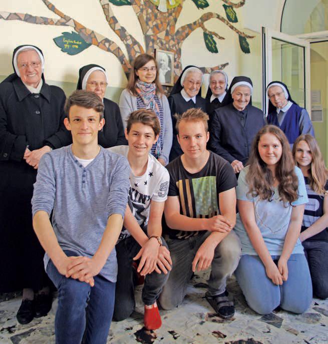 Ordensschwestern mit Schülerinnen und Schülern in St. Andrä im Lavanttal
