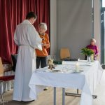 Seniorentreffen-Kaplan-erhaelt-ein-Geschenk