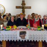 Die Gebetsgruppe mit teils maskierten Teilnehmerinnen und Teilnehmern hinter dem Altar nach dem Ende des Morgengebetes ... (© Herr Mag. Bernhard Wagner)