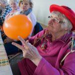 Die ehemalige Stadtpfarrmessnerin Frau Elfriede Koschier beim Spiel mit einem der Luftballons (© Herr Mag. Bernhard Wagner).