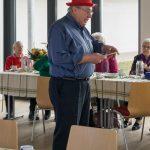 Herr Weitlauer unterhält die Seniorinnen ... (© Herr Mag. Bernhard Wagner)