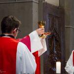 ... und später das Eucharistische Hochgebet mit der Doxologie beschließend (© Herr Mag. Bernhard Wagner).