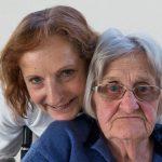 Die ehemalige Stadtpfarrmessnerin Frau Elfriede Koschier (rechts) und ihre Betreuerin vom Roten Kreuz Wolfsberg mit dem Aschenkreuz (© Herr Mag. Bernhard Wagner).