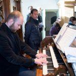 Organist Herr Stefan Neptusiak an der Orgel im Einsatz (© Fotografie Gutschi).