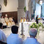 Geistliche und Ministranten um den Volksaltar versammelt (© Fotografie Gutschi).