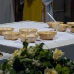 Die Gaben am Volksaltar bei der Gabenbereitung, links Reliquiar mit einer Reliquie von Papst Johannes Paul II. (© Herr Mag. Bernhard Wagner).