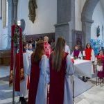 Das Vaterunser, Gebet des Herrn, die Ministranten mit dem Dechant um den Volksaltar versammelt (© Herr Mag. Bernhard Wagner).