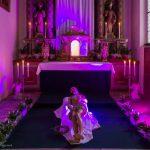 Das Heilige Grab in einer neuen, modernen Gestaltung beleuchtet im Licht der liturgischen Farbe der Fastenzeit Violett (© Herr Mag. Bernhard Wagner).