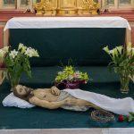 ... mit dem Leichnam Jesu, Grabtuch, der Dornenkrone und Blumenschmuck (© Herr Mag. Bernhard Wagner).
