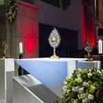 Ausgesetzte Monstranz mit Allerheiligstem und Gefäße mit den Reliquien der Hl. Faustyna Kowalska (rechts) und des Hl. Johannes Paul II. (© Herr Mag. Bernhard Wagner).