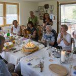 Selbstverständlich werden dabei Lieder gesungen, auf der Gitarre von Gruppenleiterin Frau Monika Wuggenig begleitet. Alle freuen sich und man lässt die Geburtstagskinder hochleben (© Herr Mag. Bernhard Wagner).