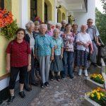 Gruppenfoto des Seniorenteams gemeinsam mit Gruppenleiter Herrn Kurt Weitlauer (rechts außen) vor dem Familienhof Sereinig (© Herr Mag. Bernhard Wagner).