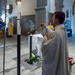 Kaplan Kranicki inzensiert die Osterkerze, neben ihm sieht man Diakon Andreas Schönhart (© Herr Mag. Bernhard Wagner).