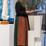 Frau Eva-Maria Kölbl-Perner beim Vortrag eines Textes (© Herr Mag. Bernhard Wagner).