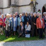 Gruppenfoto des Seniorenteams gemeinsam mit Gruppenleiter Herrn Kurt Weitlauer (links außen) vor der Wallfahrtskirche (© Herr Mag. Bernhard Wagner).