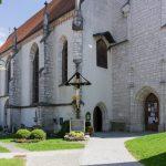 Kirche mit Teilen des Friedhofs aus etwas größerer Distanz (© Herr Mag. Bernhard Wagner).