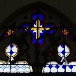 Buntglasfenster über einem der Eingänge (© Herr Mag. Bernhard Wagner).
