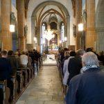 Blick durch den Mittelgang der Kirche in Richtung Hoch- und Volksaltar ... (© Katholische Pfarre Wolfsberg)