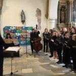 ... zusammen mit den Instrumentalisten unter der Leitung von Monika Münzer (© Katholische Pfarre Wolfsberg).