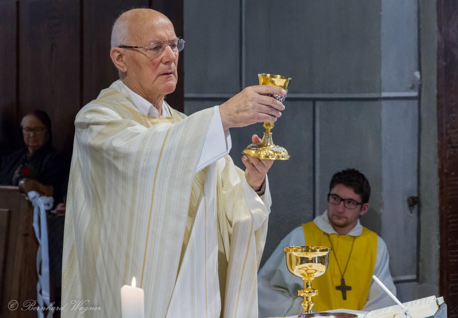 Pfarrer Hofer bei der Erhebung des Kelches zur Gabenbereitung beim Festgottesdienst zum Hochfest Fronleichnam 2017 (© Herr Mag. Bernhard Wagner).