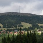 ... zum Almhüttendorf Weinebene und der Handalpe mit den dortigen Windkraftanlagen (© Herr Mag. Bernhard Wagner).