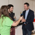 Der ehemalige Diözesanjugendseelsorger Bischofsvikar Kan. Dr. Peter Allmaier erhält eine Flasche Wein, ... (Aufnahme: Herr Christoph Isopp; © Katholische Jugend Lavanttal)
