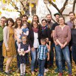 """Familie der """"Alt- und Gründer-Avaloniker"""" mit Frau Walzl, Herrn Mokoru und Kindern im Innenhof des Pfarrhofs (Aufnahme: Herr Christoph Isopp; © Katholische Jugend Lavanttal)."""