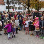 Selbstverständlich sind auch zahlreiche Kinder, hier gemeinsam mit den Religionslehrerinnen Frau Heike Pöcheim und Frau Martha Radl (rechts im Bild direkt hinter den Kindern) zum Erntedankfest gekommen, ... (© Herr Mag. Bernhard Wagner)