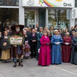 """Die Bürgersfrauen oder """"Goldhauben"""" in ihren typischen Kleidern gemeinsam mit den Mitgliedern der Brauchtumsgruppe Alt-Lavanttaler Trachten (© Herr Mag. Bernhard Wagner)."""