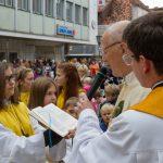Dechant Hofer spricht die Segensworte über die Erntegaben aus einem Benediktionale (© Herr Mag. Bernhard Wagner).