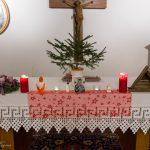 Altar in der Pfarrhofkapelle mit lebendem Christbaum ... (© Herr Mag. Bernhard Wagner)