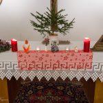 ... und verschiedener Symbolik der Adventzeit. Ganz rechts findet sich der am 23. Dezember noch leere Krippenstall sowie eine aus eben diesem Grund noch nicht entzündete Weihnachtskerze (© Herr Mag. Bernhard Wagner).