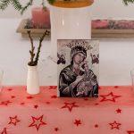 Eine nähere Ansicht des Marienbildnisses mit dem Jesuskind, daneben die Barbarazweige (© Herr Mag. Bernhard Wagner).