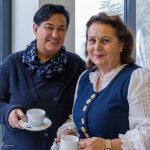 Frau Helga Müller (links) und Frau Heike Pöcheim hinter der Kaffee-Theke (© Herr Mag. Bernhard Wagner).