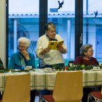 Etwas später, ehe man den köstlichen Adventkuchen verspeist, liest eine weitere Dame ... (© Herr Mag. Bernhard Wagner)