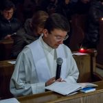 Kaplan Kranicki bei einer Textlesung während der Anbetung (© Herr Mag. Bernhard Wagner).