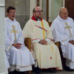 Die Priester auf den Sedilien beim Schlusslied (© Herr Mag. Bernhard Wagner).