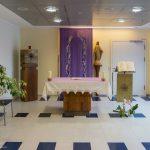 Gesamtansicht des Altarraums mit dem Fastentuch welches das dahinter befindliche Kreuz verhüllt (© Herr Mag. Bernhard Wagner).