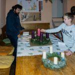 Die erste Kerze am Avalon-Adventkranz wird entzündet (© Herr Mag. Bernhard Wagner).