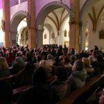 Mehr als 400 Menschen haben sich zu diesem Adventsingen in der Markuskirche eingefunden. Ein Blick von hinten in Richtung südliches Seitenschiff, ... (© Kaplan Mag. Dr. Christoph Kranicki)