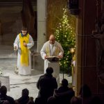 ... und verkündet sodann das Weihnachtsevangelium (Luk 2, 1-14) (© Herr Mag. Bernhard Wagner).