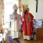 Kaplan Pater Mag. Marian Kollmann OSB (links) gemeinsam mit Regionaljugendleiter Herrn Jakob Mokoru, BEd als Nikoläuse, hier in der Pfarrkanzlei Wolfsberg (© Katholische Jugend Lavanttal).