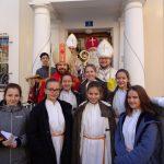 """Gruppenfoto vor dem Eingang zum Pfarrhof mit den """"Engerln"""" (© Katholische Jugend Lavanttal)."""