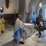 Am Beginn des Festgottesdienstes inzensiert Kaplan Pater Mag. Marian Kollmann OSB den Volksaltar (© Herr Mag. Bernhard Wagner).