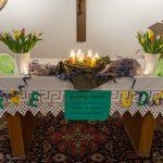 Der faschingsmäßig geschmückte Altar in der Pfarrhofkapelle (© Herr Mag. Bernhard Wagner).