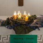 Ein eindrucksvoller Kerzenkranz mit Efeu und Seidentüchern im Zentrum des Altares (© Herr Mag. Bernhard Wagner).